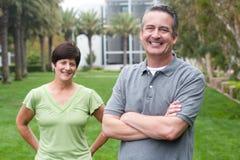 Couples pluss âgé heureux d'aînés en parc Image stock