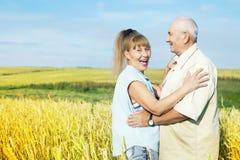 Couples pluss âgé heureux extérieurs Images libres de droits