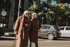 Couples pluss âgé heureux marchant sur la rue côte à côte photographie stock