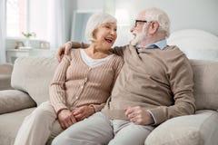 Couples pluss âgé joyeux étant dans une grande humeur Photo stock