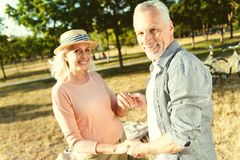 Couples pluss âgé joyeux tenant des mains Images stock