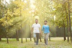 Couples pluss âgé marchant pendant le matin Image libre de droits