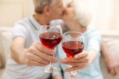 Couples pluss âgé mignons avec du charme célébrant leur amour Photo stock