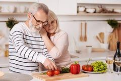 Couples pluss âgé mignons préparant le dîner de famille dans la cuisine Images stock