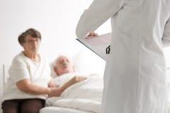 Couples pluss âgé parlant avec le docteur Image libre de droits