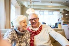 Couples pluss âgé prenant Selfie sur Noël images stock