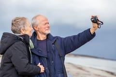 Couples pluss âgé prenant un autoportrait photos stock