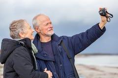 Couples pluss âgé prenant un autoportrait images stock