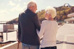 Couples pluss âgé regardant l'un l'autre admiratif pendant la promenade Photographie stock