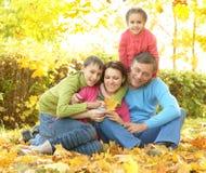 Couples pluss âgé se reposant en nature d'automne Images stock