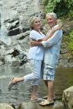 Couples pluss âgé se reposant sur la station de vacances tropicale Images stock