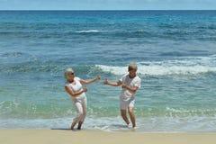 Couples pluss âgé se reposant sur la station de vacances tropicale Image stock