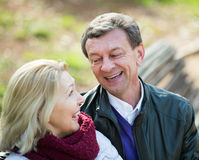 Couples pluss âgé se reposant sur le banc et parler Images stock