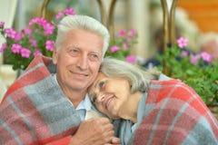 Couples pluss âgé se tenant dehors Images stock