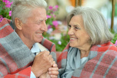 Couples pluss âgé se tenant dehors Photo stock