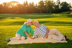 Couples pluss âgé se trouvant sur la couverture Photo stock
