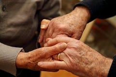 Couples pluss âgé serrant leur main Images libres de droits
