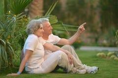 Couples pluss âgé sur la nature à l'été Photographie stock