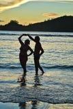 Couples pluss âgé sur la plage au coucher du soleil Image libre de droits