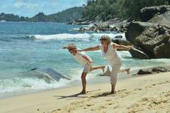 Couples pluss âgé sur la plage tropicale Photographie stock libre de droits