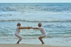 Couples pluss âgé sur la plage tropicale Photo stock