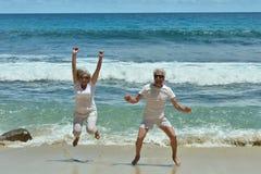 Couples pluss âgé sur la plage tropicale Images libres de droits