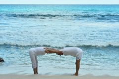 Couples pluss âgé sur la plage tropicale Photographie stock