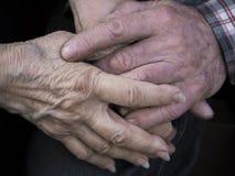 Couples pluss âgé tenant des mains, l'expression de l'amour et la tendresse Photo stock