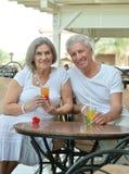 Couples pluss âgé tenant des verres de jus frais Images stock