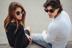 Couples posant avec l'attitude pour l'appareil-photo Images libres de droits