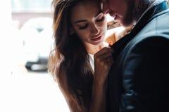 Couples posant dans la porte photo stock