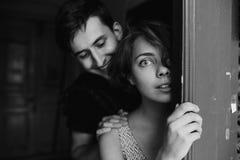 Couples posant dans la porte image libre de droits
