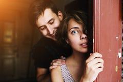 Couples posant dans la porte Photos libres de droits