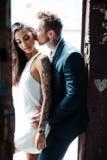 Couples posant dans la porte photo libre de droits