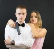 Couples posant dans le style d'agent secret Photographie stock