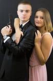 Couples posant dans le style d'agent secret Photos stock
