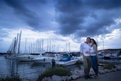 Couples posant des vacances dans les ports Images libres de droits