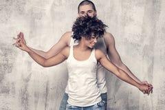 couples posant ensemble des jeunes Photos stock
