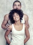 couples posant ensemble des jeunes Photo libre de droits