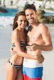 Couples posant et tenant le smartphone Images stock