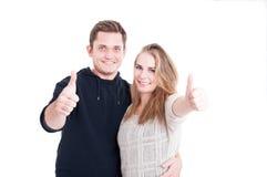 Couples posant le sourire et montrer le pouce  Photographie stock