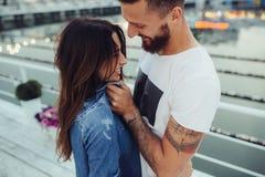 Couples posant sur le pilier Photographie stock libre de droits