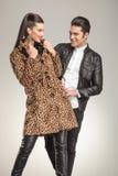 Couples posant tout en regardant l'un l'autre Image stock