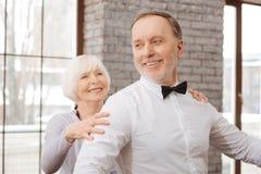 Couples positifs de danse de vieillissement exécutant dans le studio de danse Photographie stock