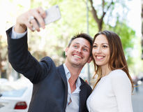 Couples positifs de famille prenant le selfie Photographie stock libre de droits