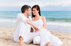 Couples positifs de plage Photos libres de droits