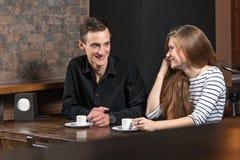 Couples positifs en café Photographie stock libre de droits