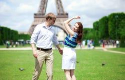 Couples positifs heureux dansant près de Tour Eiffel Photographie stock