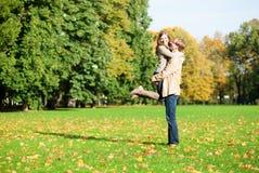 Couples positifs heureux en stationnement Photographie stock
