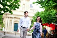 Couples positifs heureux marchant près de Sorbonne Image stock